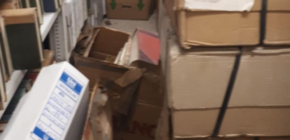 Expedientes por los suelos, basura y cajas apiladas en los archivos de los juzgados de la Caleta