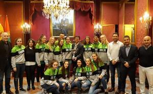 El Ayuntamiento recibe a las cadetes tras su título andaluz