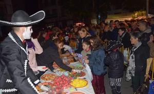 Lanjarón cumplió con la tradición repartiendo 700 kilos de castañas