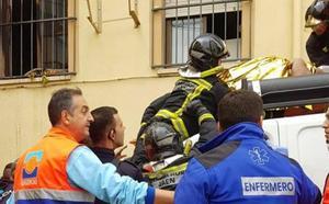 Cinco heridos, dos de ellos por caídas de altura, en un incendio en el casco histórico