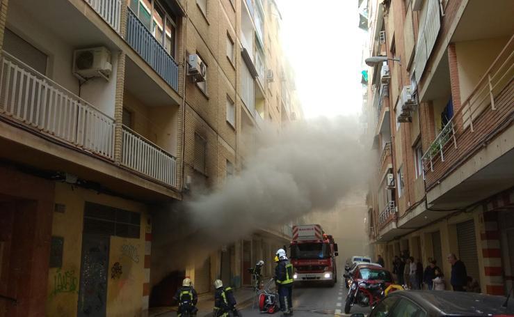 Bomberos de Granada sofocan un incendio en un garaje cerca de Alhamar
