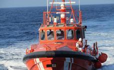 Trasladan al puerto de Almería a 59 personas rescatadas en el mar de Alborán