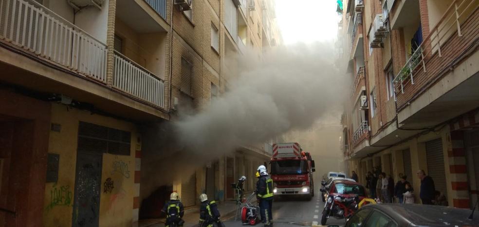 La reciente reforma de una calle permite que el camión de Bomberos entre a sofocar un aparatoso fuego