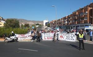 Cortan una carretera para que la Junta regularice la situación de sus casas de VPO