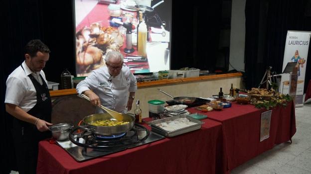 Antonio Gázquez En Plena Faena Cocinando Setas.