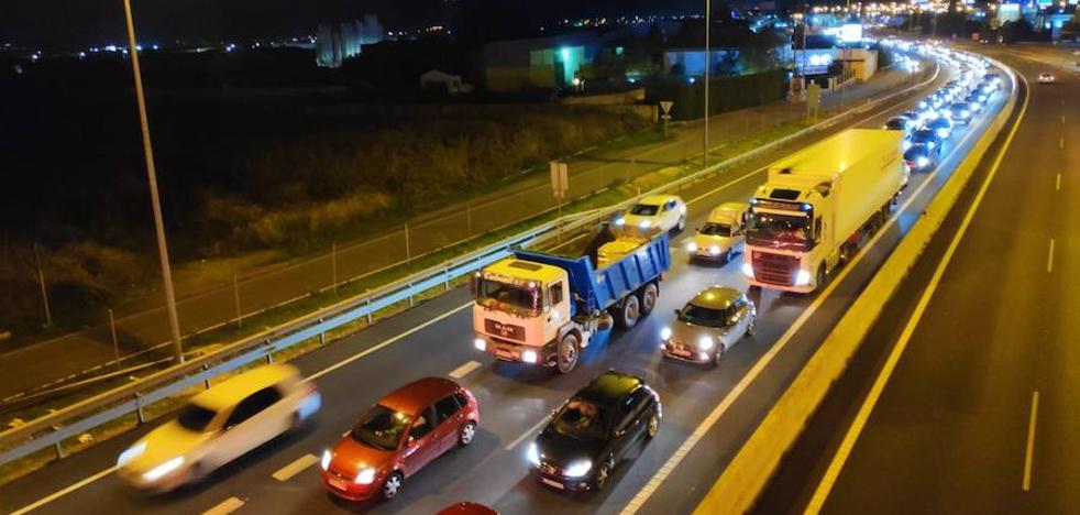 Trasladan a Trauma a tres heridos tras una colisión entre tres turismos en la Circunvalación de Granada