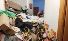 Retiran unos 9820 kilos de basura de una casa de Granada declarada como «foco insalubre, nocivo y peligroso»