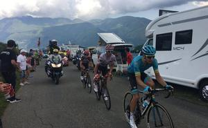 Multan a un ciclista profesional con 200 euros por soltar las manos del manillar