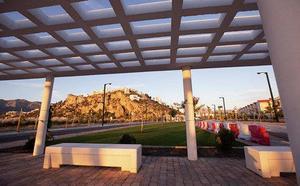 Salobreña borra las pintadas vandálicas en su nueva zona de expansión de la playa