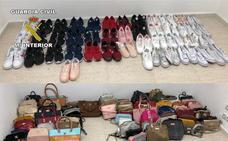 Tres detenidos por llevar calzado de deporte y bolsos falsificados al mercadillo de Torredonjimeno