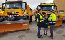 Máquinas y sal a punto para limpiar de nieve las carreteras