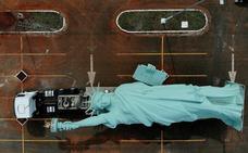La otra Estatua de la Libertad, tirada en un parking
