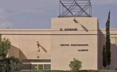 Intentan fugarse de la cárcel de Almería descolgándose con unas sábanas