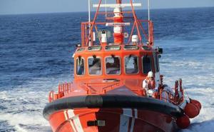 Trasladan al puerto de Almería a 45 personas rescatadas de tres pateras