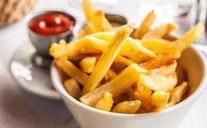 Sanidad advierte del peligro de un componente cancerígeno en pan y patatas fritas: ¿qué debes evitar?