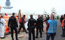 Detienen en Almería al patrón y al organizador de una patera localizada con 45 personas