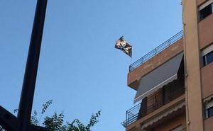 Una bandera pirata en el centro de Granada