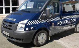 Cinco policías heridos al reducir a dos hombres que les atacaron con catanas