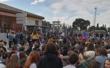 Gritos y empujones entre dos colectivos estudiantiles en la manifestación contra el machismo