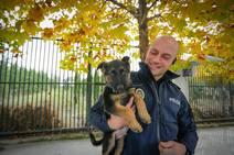 Un cachorro rescatado por la Policía Local de Granada se convertirá en un agente canino