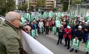 Cientos de agricultores piden el agua y las tuberías de la presa de Siles «de una vez»