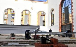 Comienza la instalación de la estructura para dar seguridad al mercado de Linares