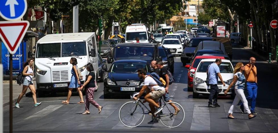 Prohibido ir en bici por Granada sin las manos en el manillar y haciendo 'caballitos': ¿qué puedes hacer y qué no en la calle?