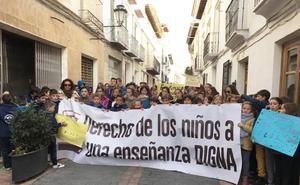 Padres y alumnos de La Puebla, en huelga para exigir el docente que les han quitado