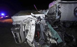 Mueren dos camioneros al chocar de frente con sus trailers