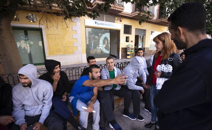 Inmigrantes marroquíes se concentran en la plaza del Ayuntamiento de Motril para pedir alojamiento