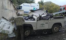 Ingresa en la UCI una agente de Medio Ambiente tras caer cuatro metros con su vehículo en Nacimiento