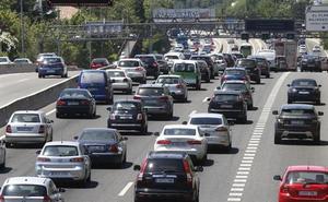 La DGT advierte de 3 gestos habituales al volante que «pueden ser una distracción mortal»