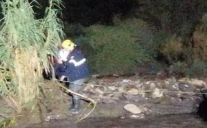 Los bomberos rescatan a dos personas en las ramblas de Carboneras