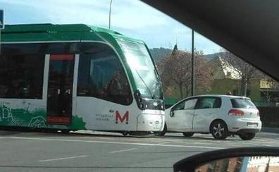 Dos heridos leves tras colisionar el coche en el que iban con el metro de Granada
