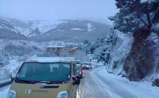 Cortada al tráfico por acumulación de nieve la A-395 en Sierra Nevada