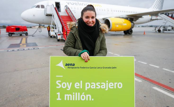 La pasajera '1 millón' llega al Aeropuerto de Granada