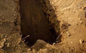 Unos abuelos entierran viva a su nuera para quedarse con los nietos