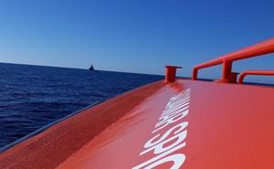 Salvamento remolca en Almería un velero con cuatro tripulantes que quedaron a la deriva con el motor inoperativo