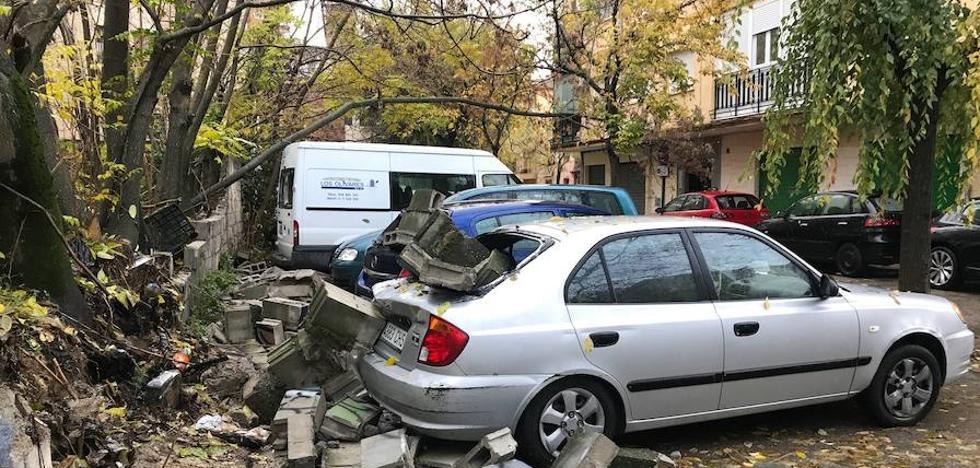 Cae un muro en la Chana y daña a cuatro vehículos
