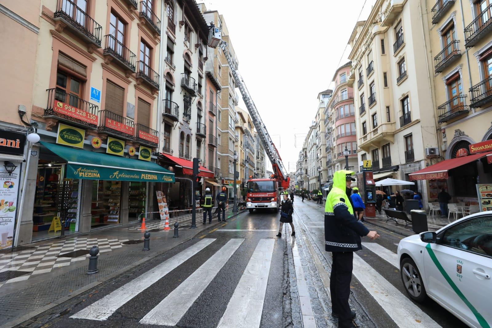 Caída de cascotes de una fachada en la calle Reyes Católicos