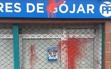 Así ha amanecido la fachada de la sede del PP de Gójar