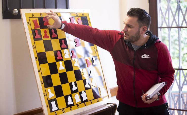 Un taller enseña a los mayores de Salobreña a jugar al ajedrez