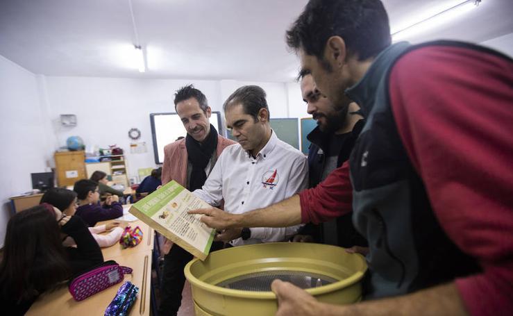 Los escolares del Mayor Zaragoza de Salobreña aprenden a fabricar abono en su propio huerto