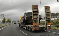 ¿Qué hacían varios camiones en Granada transportando carros de combate?