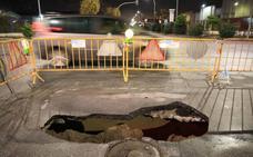 Se desprende la carretera en el polígono Juncaril y deja un socavón de varios metros