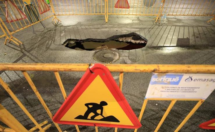 Aparece un socavón de varios metros de profundidad en el polígono Juncaril