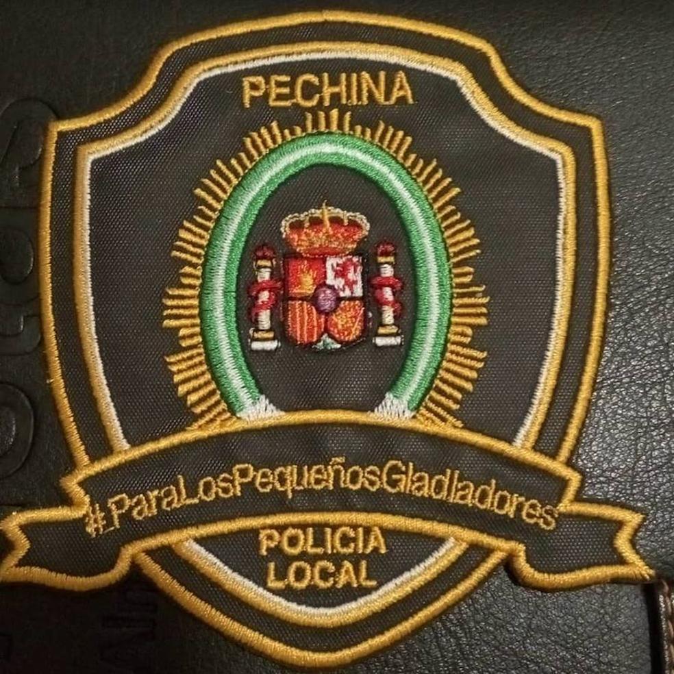 La Policia Local de Pechina vende escudos solidarios contra el cáncer