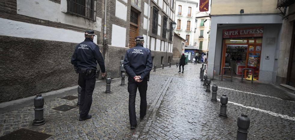 Un joven 'colocado' de alucinógenos se desnuda en la calle e intenta agredir a un policía