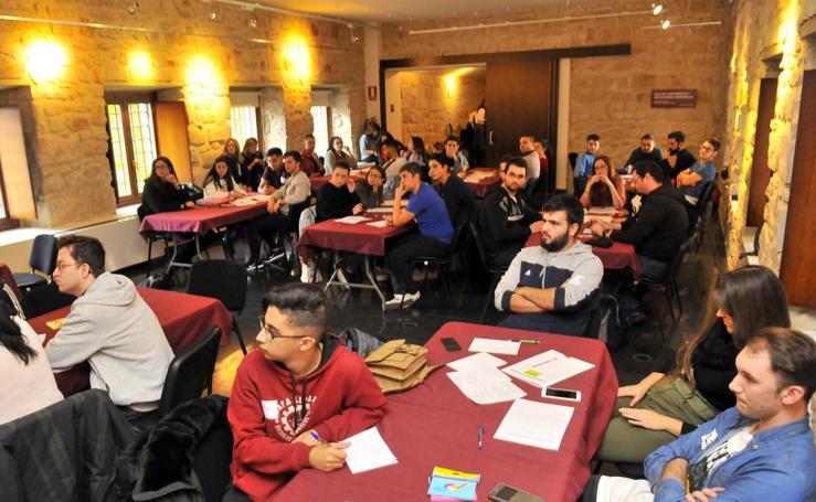 Jóvenes y empresarios intercambian ideas en Linares