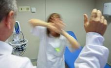 Le da un puñetazo a una médica en la cara sin mediar palabra y «por ser mujer» en Linares